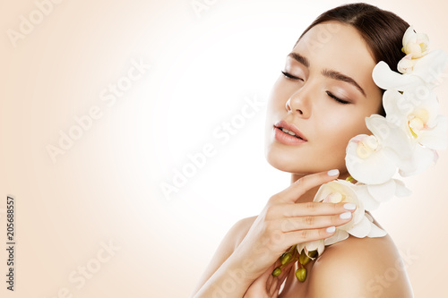 Foto Murales Woman Beauty, Face Skin Care and Make Up, Girl Orchid Flower in Straight Hair, Beautiful Makeup and Skincare