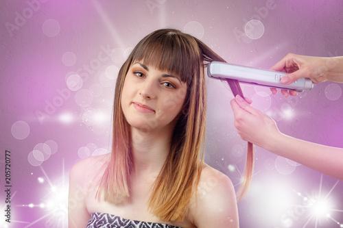 Młoda kobieta portret z błyszczącym różowym piękno salonu pojęciem i osobistą styler ręką