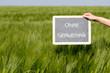 Tafel ohne Gentechnik vor einem Getreidefeld