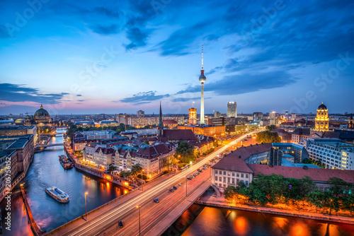 Leinwanddruck Bild Berlin Mitte Skyline bei Nacht mit Fernsehturm und Blick über die Spree