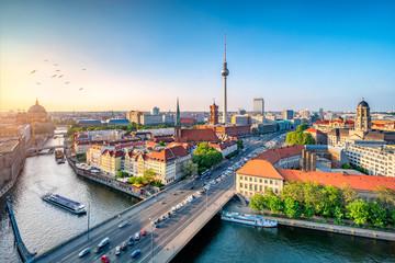 Berlin Mitte Skyline mit Fernsehturm und Spree © eyetronic