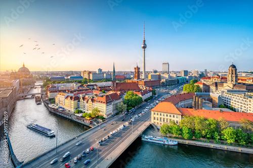 Leinwanddruck Bild Berlin Mitte Skyline mit Fernsehturm und Spree