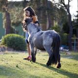 Niña con poni - 205807562