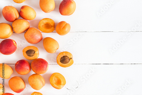 Leinwanddruck Bild Apricots on white wooden background. Flat lay, top view, copy space