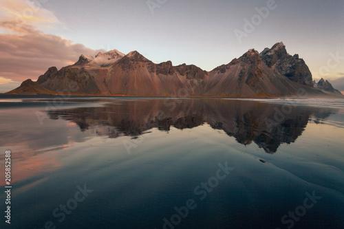 vesturhorn mountain spettacolare monte islandese affacciato su una spiaggia di sabbia nera con riflesso Islanda Europa - 205852588