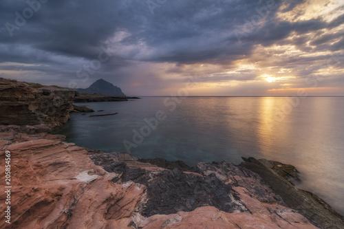 Fotobehang Zee zonsondergang Màcari, Sicilia