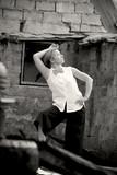 женщина гуляет в старом заброшенном здании чёрно-белая фотография