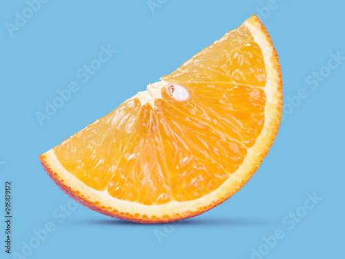 świeża pomarańczowa owoc na błękitnym tle