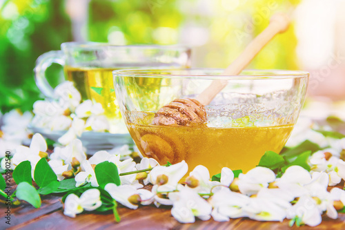 Miód z akacją i herbatą. Selektywna ostrość.