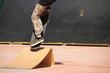 ragazzo che salta con tavola da skateboard