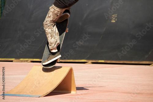 Plexiglas Skateboard ragazzo che salta con tavola da skateboard