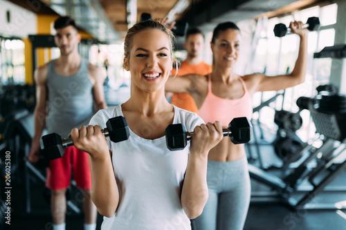 Grupa ludzi trenuje w gym