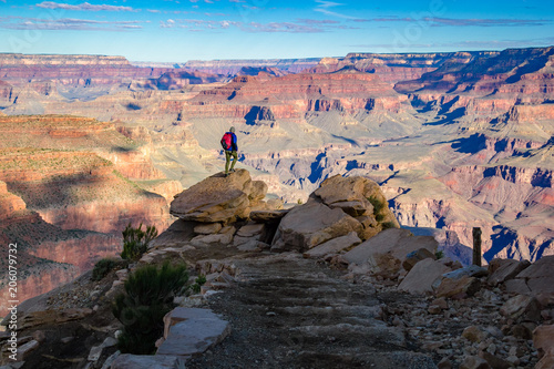 Foto Murales Man hiking in the grand canyon
