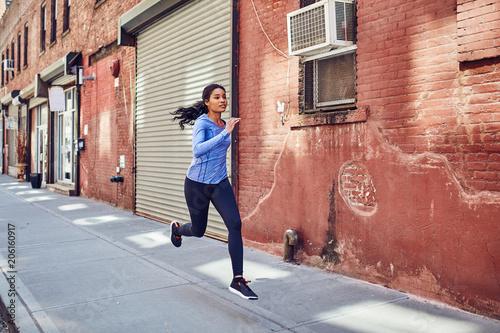Fotobehang Hardlopen Pretty Black Woman Runs in New York City