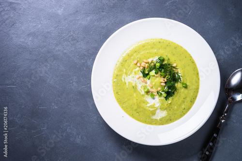 Cukinia Zupa krem z ziołami i śmietaną.