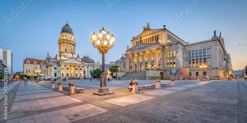 Leinwanddruck Bild Berlin Gendarmenmarkt mit Konzerthaus und Deutscher Dom am Abend