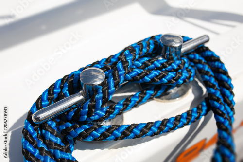 Aluminium Zeilen Cleat hitch, ropes and lines on a yacht. Sailors world, sailing boat equipment. Important nautical details. Safety on board