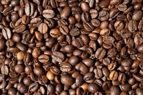 Ganze Kaffeebohnen. Frische braune geröstete Kaffee-Bohnen als Textur oder Hintergrund. Nahaufnahme