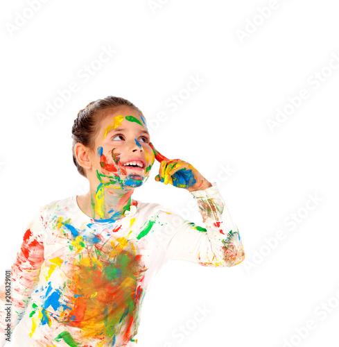 Zabawna dziewczyna z rąk i twarzy pełne farby