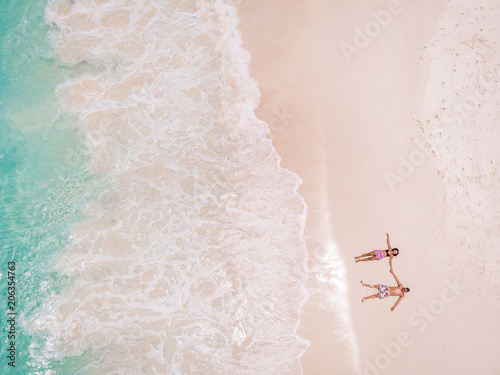 para mężczyzna i kobieta drone widok z góry na tropikalnej wyspie Seszeli