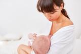 Mutter gibt ihrem Baby die Brust - 206377395