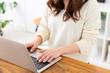 ラップトップコンピュータを使う女性 手元