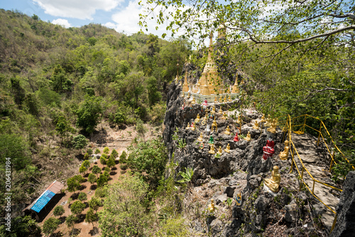 Aluminium Boeddha Buddha on a stone platform