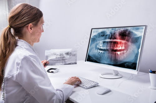 obraz PCV Dentist Looking At Teeth X-ray On Computer