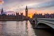 Westminster an der Themse in London, Großbritannien, bei Sonnenuntergang