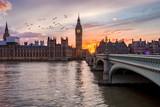 Westminster an der Themse in London, Großbritannien, bei Sonnenuntergang - 206562761
