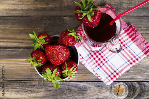 Aluminium Sap strawberry juice and fresh strawberries in a glass cup