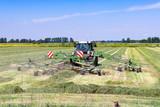 Traktor mit Heuwender auf der Wiese   9046
