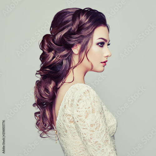 Fotobehang Kapsalon Brunette woman with long and shiny curly hair