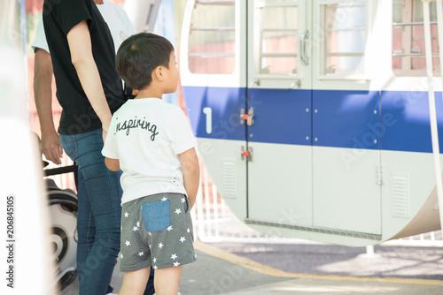 Fotobehang Amusementspark 観覧車に乗る親子