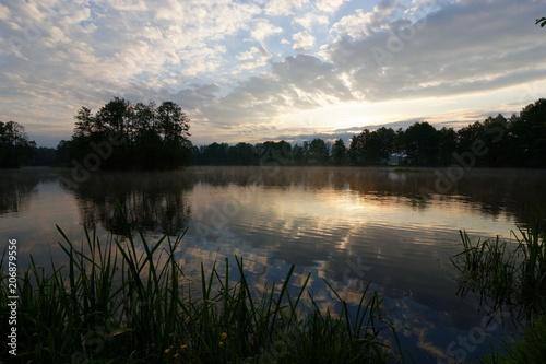 Fotobehang Zonsopgang Lake durring cloudy sunrise