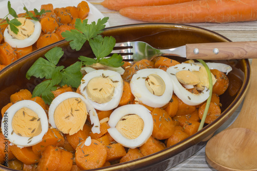 Foto Murales Ensalada de zanahorias cocidas,y aliñadas, decorada con huevo cocido
