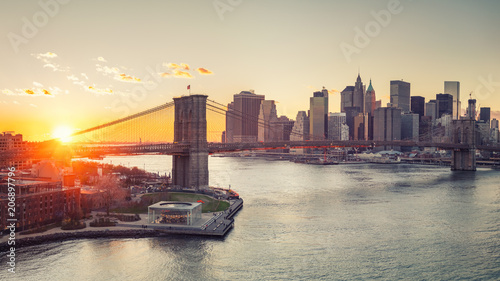 Foto Murales Panoramic view of Brooklyn bridge and Manhattan at sunset, New York City