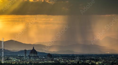 Italia, Toscana, Firenze,la città al tramonto durante un temporale. - 206898376