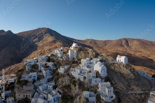 Aluminium Blauwe jeans Aerial view of the old village on the Greek island of Serifos at sunset