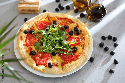 Pizza z pomidorami. Pizza z pomidorami, czarnymi oliwkami, rukolą. - 206958378