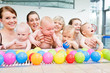 Quadro Gruppen-Foto von Müttern und Babys beim Säuglingsschwimmen