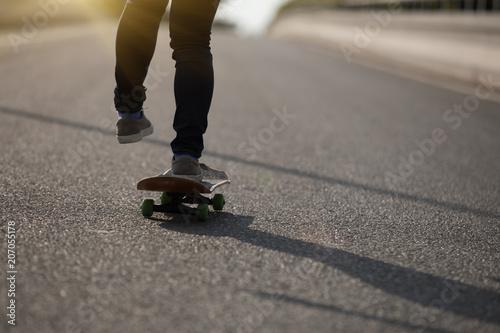 Fotobehang Skateboard Skateboarder skateboarding on city street