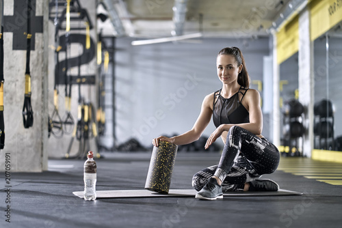 Poster Sportive girl posing in gym
