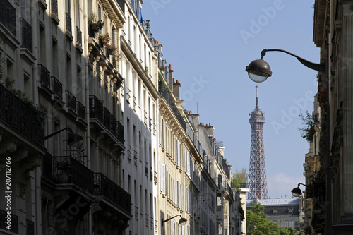 Fotobehang Eiffeltoren Street leading to the Eiffel tower in Paris, France