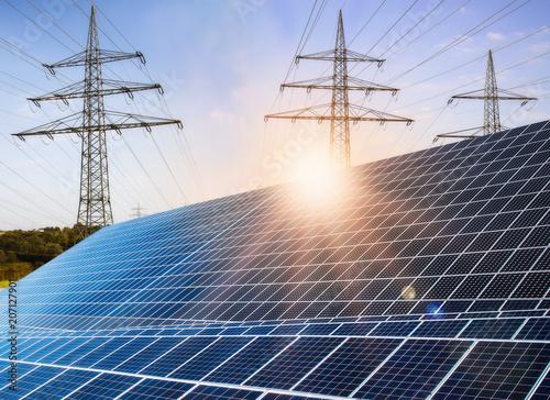 Leinwanddruck Bild Photovoltaikanlage mit Strommasten