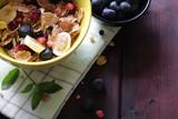 colazione con cereali e frutti di bosco - 207181780