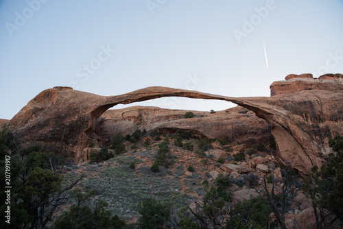 Fotobehang Diepbruine Landscape Arch in Arches National Park, Utah.