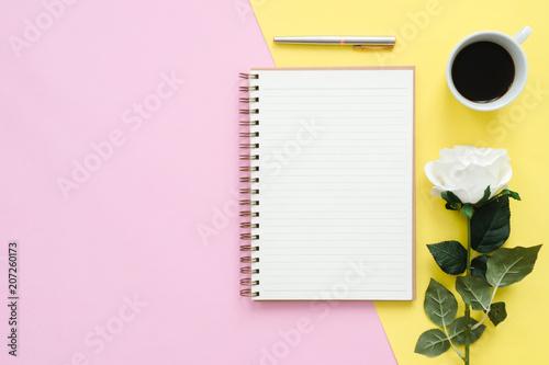 Kreatywne mieszkanie lay photo of workspace desk. Widok z góry biurko z makiety notebooki, kwiat, filiżanka kawy i miejsce na pastelowy kolor tła. Widok z góry z miejsca kopiowania, płaskie zdjęcia świeckich.