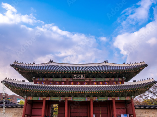 Plexiglas Peking The main gate at Changdeokgung Palace blue sky is a famous tourist attraction in Seoul, South Korea.