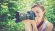 Leinwanddruck Bild - Junges Mädchen mit Profi-Kamera, lächelnd, Fotografin